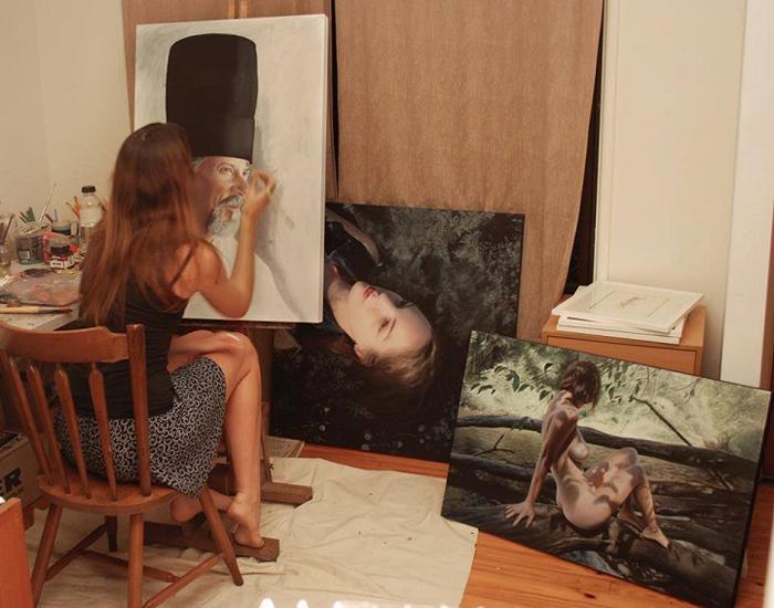 Художница в студии за работой.