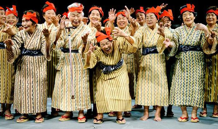 Японские бабушки исполняют свой первый сингл.