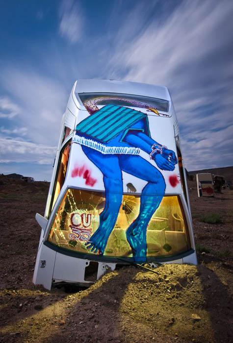 Часть автомобилей разукрашена психоделичными граффити.