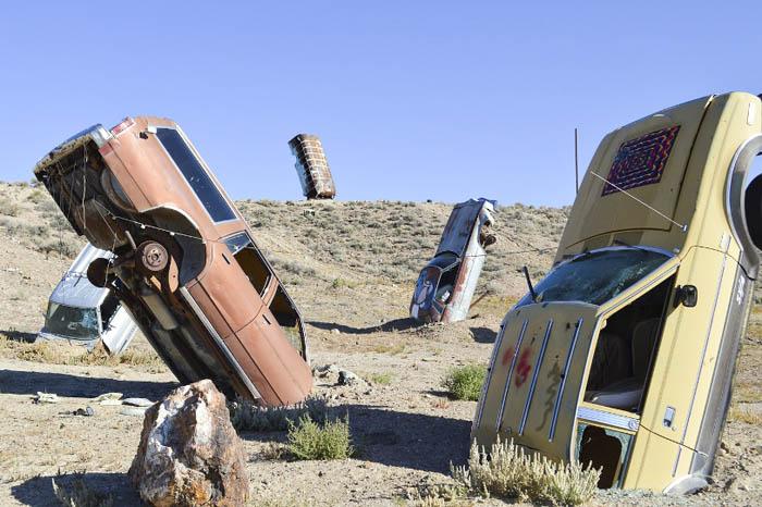 Арт проект — Международный Автомобильный Лес Тайной Церкви в пустыне Невада.