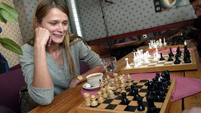 Кармен с детства занимается шахматами.