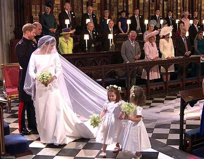Маленькая Шарлотта рядом с невестой.