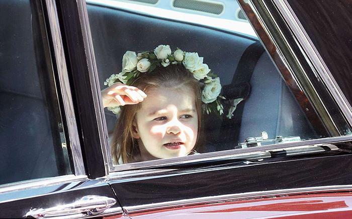 Шарлотта выглядывает из окна, сидя в автомобиле.