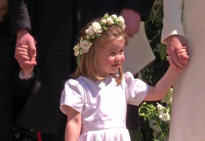 Шарлотта в белом платьице.