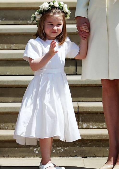 Шарлотта помахала публике рукой.