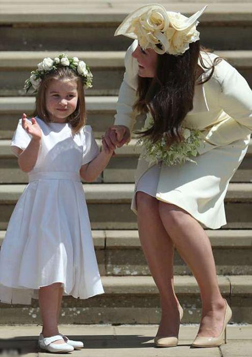 Мама Кейт держит дочку за руку.