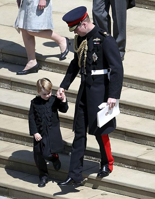 Принц Уильям ведет сына за руку.