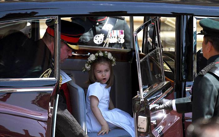 После церемонии детей отвезли на автомобиле в Виндзорский дворец.
