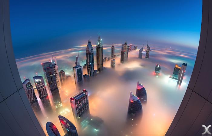 Огни города просвечивают сквозь туман.