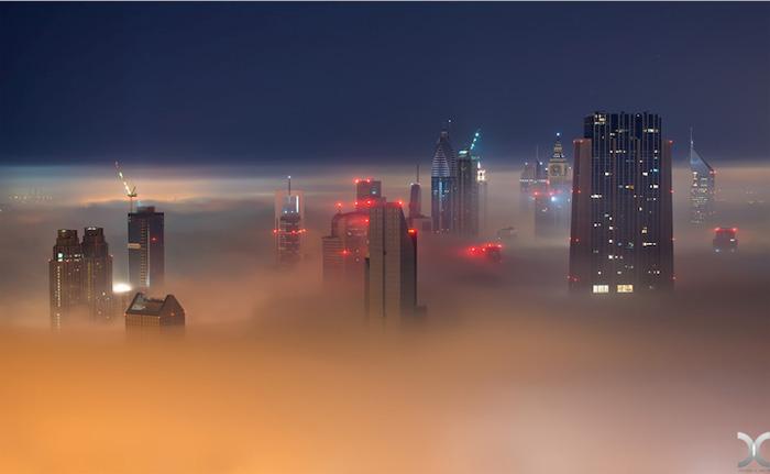 Под ночным небом город живет.