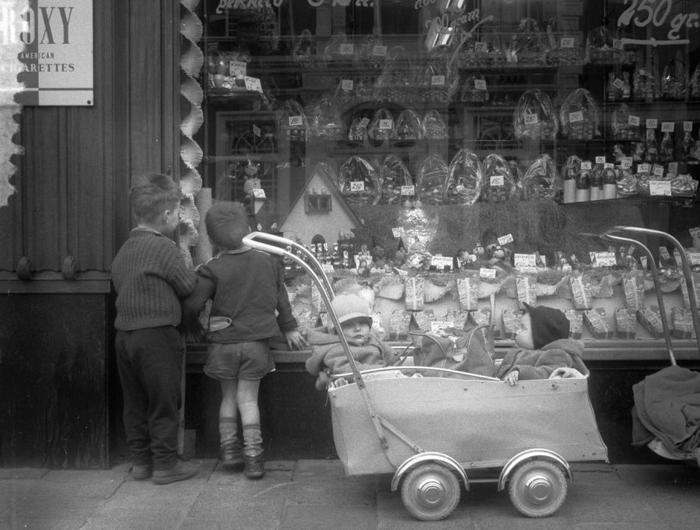 Дети из района Йордан рассматривают витрину магазина, оформленную к пасхальным праздникам. 1957г.