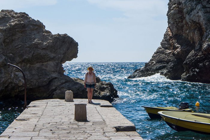 У моря за стенами старого города в Дубровнике.
