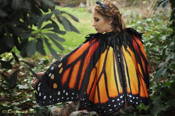 Принты на плащах повторяют рисунки реально существующих бабочек и мотыльков.