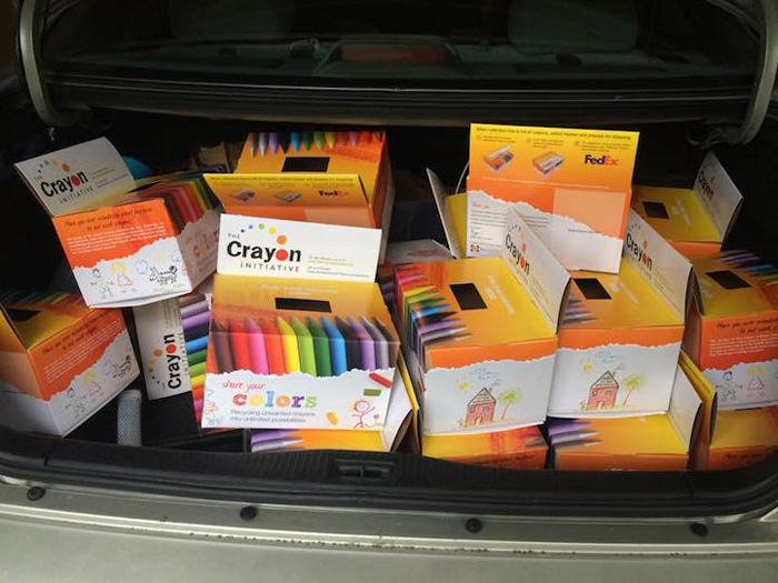 Яркие коробки с восковыми мелками разводятся по детским больницам.
