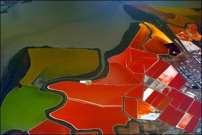 Потрясающие цвета и текстура соляных прудов.