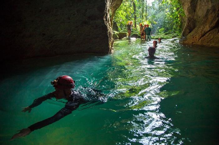 Попасть внутрь пещеры можно только по воде.