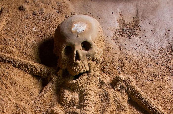 В пещере есть как скелеты взрослых людей, так и младенцев.