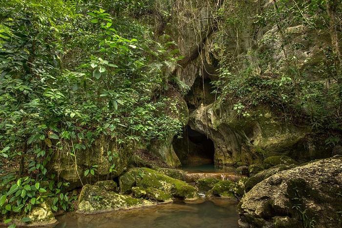 Вход в пещеру выглядит, как песочные часы.