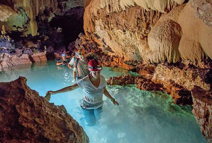 Через некоторое время пещера выводит на сушу, оставляя воды озера позади.
