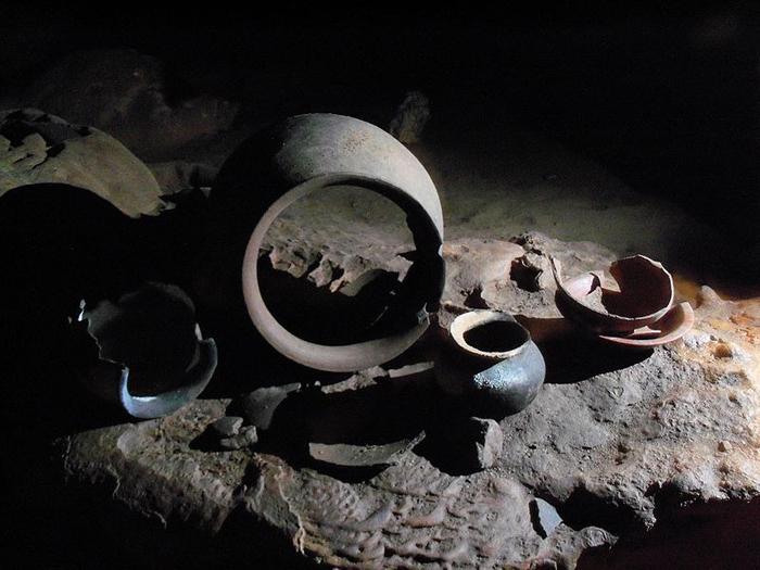 В пещере нашли огромное количество религиозных предметов.