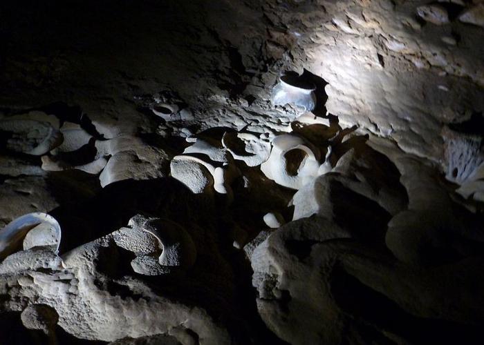 Некоторые из артефактов буквально вросли в камень.