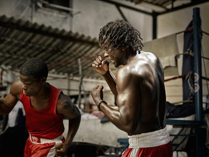 Мишель Лазаро разогревается на тренировке в легендарном зале Рафаэля Трехо (Гавана).