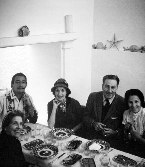 Семья Дали и семья Диснея за праздничным ужином в Испании 1957г.