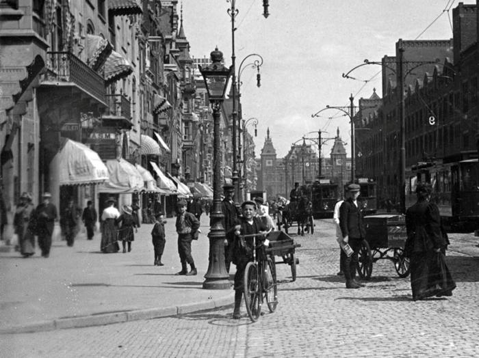 Велосипеды, трамваи и повозки на улице Damrak, 1910г.