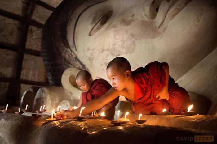 Монахи зажигают свечи, Баган.