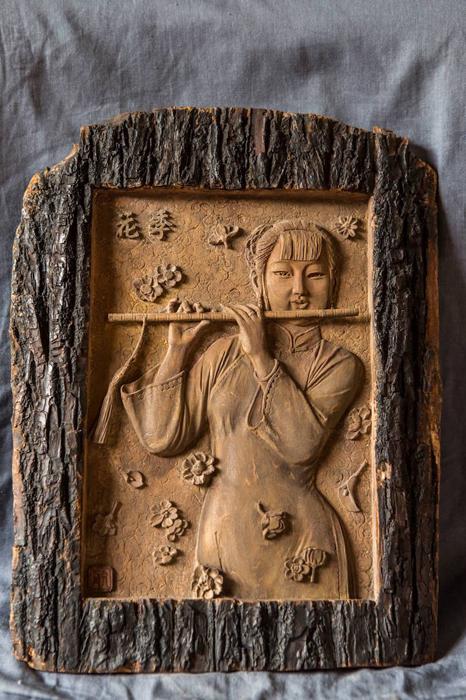 Девушка, играющая на музыкальном инструменте.  Автор: Deng Daohang.