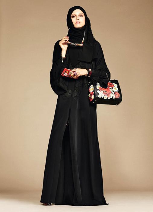 Классическая абайа черного цвета, с длинными рукавами.The Dolce & Gabbana Abaya Collection.