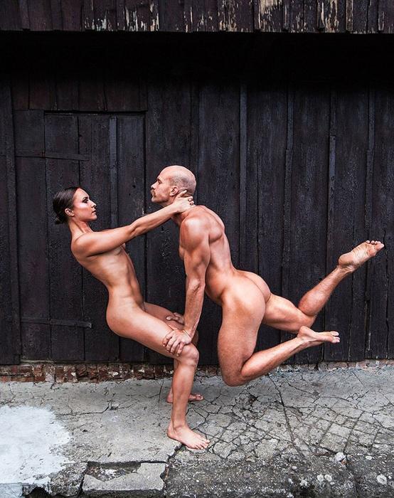 29-летние Marta Witecka и Juri Kussmaul выполняют упражнения из Акройоги, комбинации акробатики и йоги.