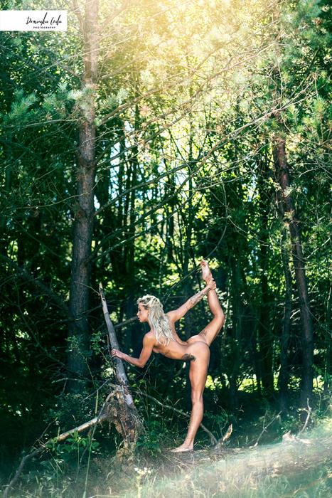 Чемпионка по бегу Katarzyna Wolska позирует на фоне леса.