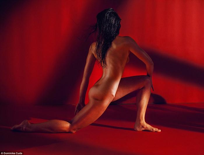 Инструктор по Пилатесу Gosia Prochownik  показывает пластичность своего тела.