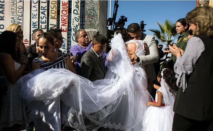 Свадьба на границе Мексики и США.