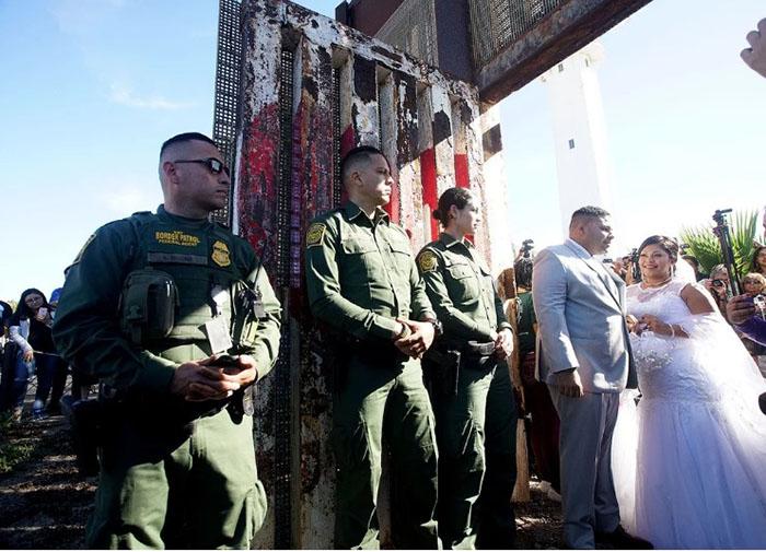 Паре пришлось жениться в присутствии пограничников.