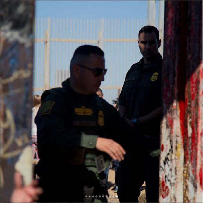 Пограничники разрешают пересечь дверь только проверенным людям, которые подали заявление о возможности за несколько месяцев.