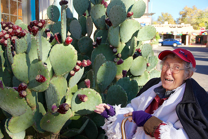 На своем пути 90-летняя женщина встречает самые необычные экземпляры флоры и фауны.
