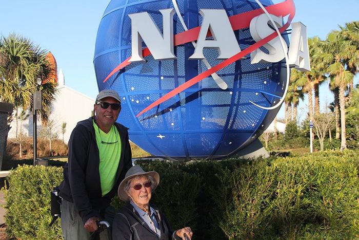 Вместе с Нормой путешествует ее сын Тим и его жена Рэми.