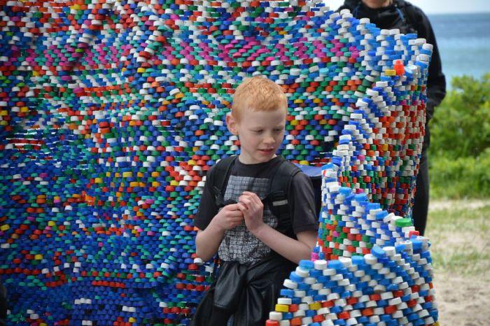 Инсталляция из обычных крышечек для бутылок.