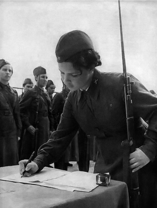 Вовремя Второй Мировой Войны юные девушки работали не только в лазаретах, но и на линии фронта.