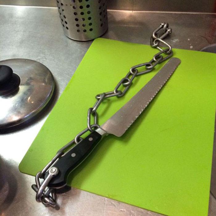 Ножи в тюрьме прикреплены цепью, чтобы их нельзя было унести.