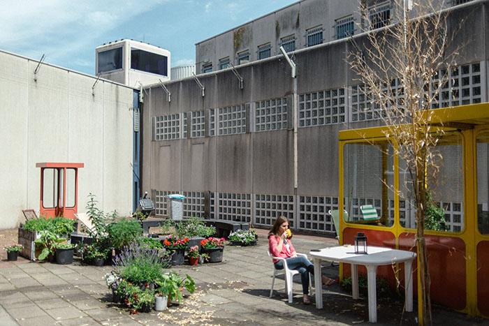Беженка из Сирии в De Koepel - бывшей тюрьме, ставшей центром для беженцев.
