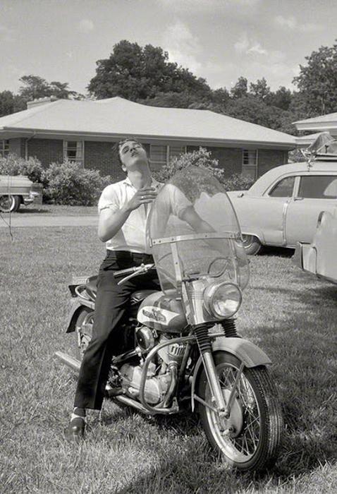 Элвису 21 год. Перед своим домом в Мемфисе, 1956г.