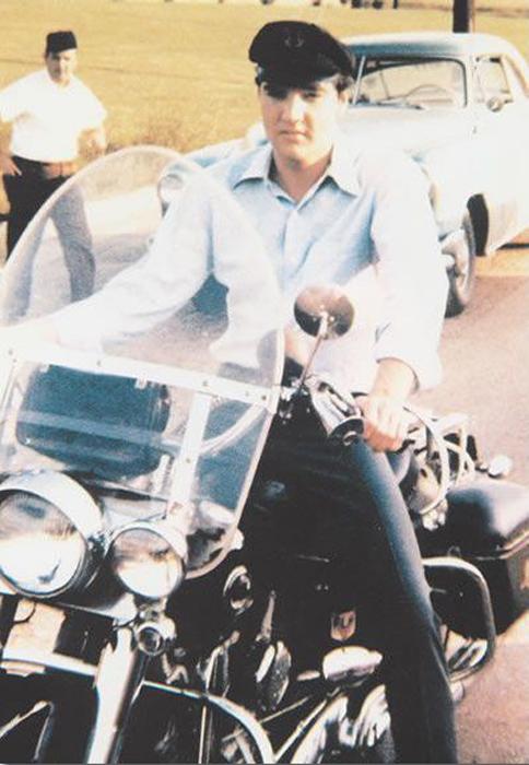 Элвис прибыл на Harley Davidson на студию записи  RCA's.