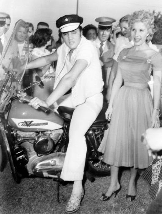 Эвис на своем  Harley. 1956г.