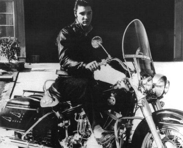 Элвис и его  Harley на подъездной дорожке в Одубон Драйв, 1956г.