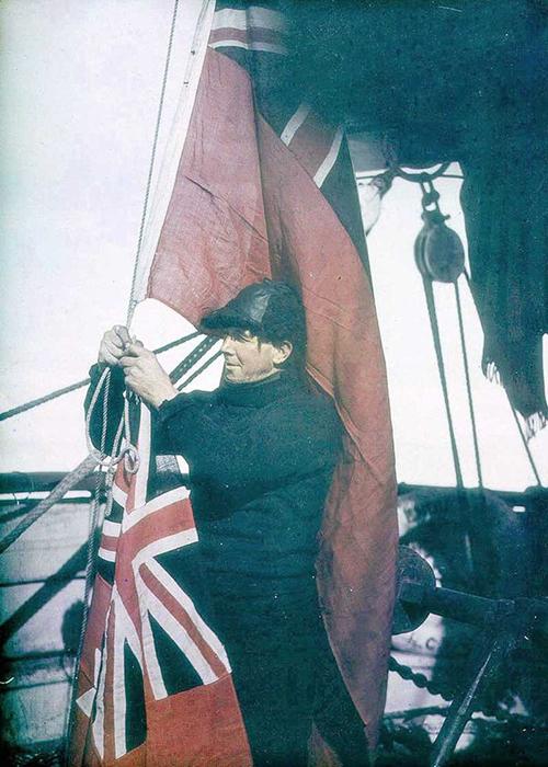 Третий помощник капитана регулирует сигнальные флаги «Эндьюранса».