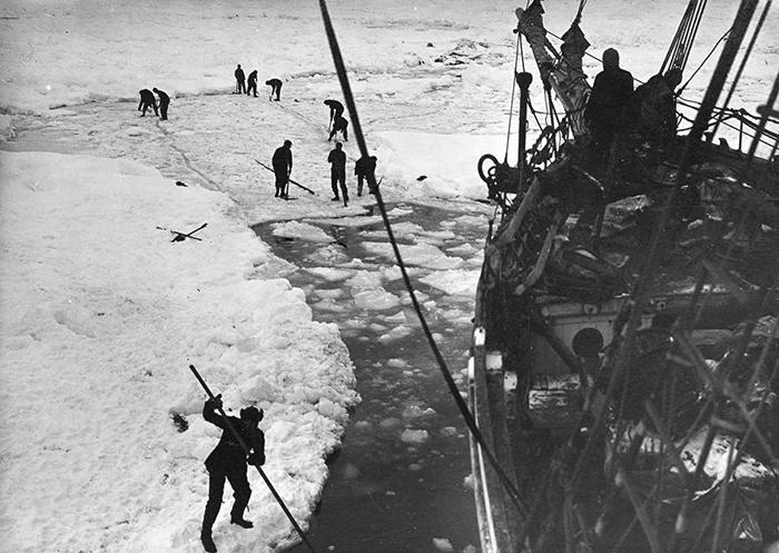 Судно застряло в льдах без возможности продвинуться вперед.