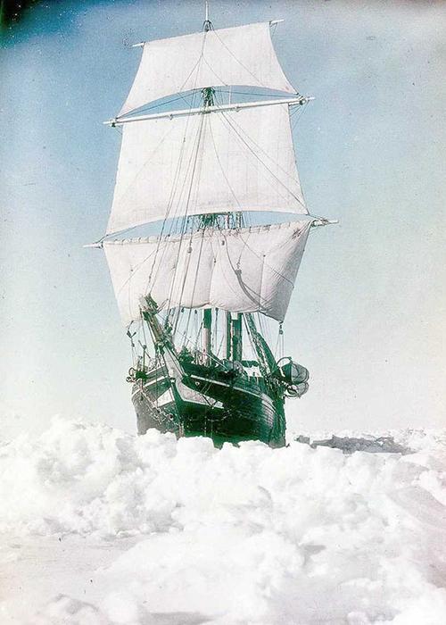 Фрэнк Хёрли смог сфотографировать судно со всех сторон во время вынужденной стоянки.